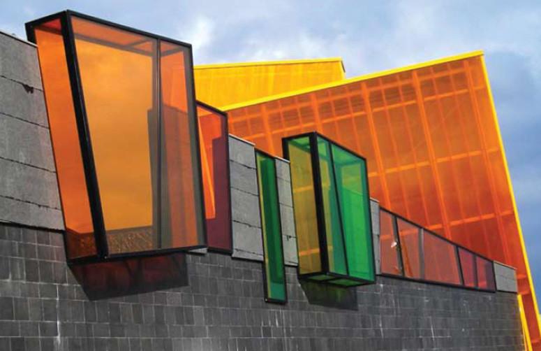 Прозрачные стены: самые эффектные пластмассовые здания
