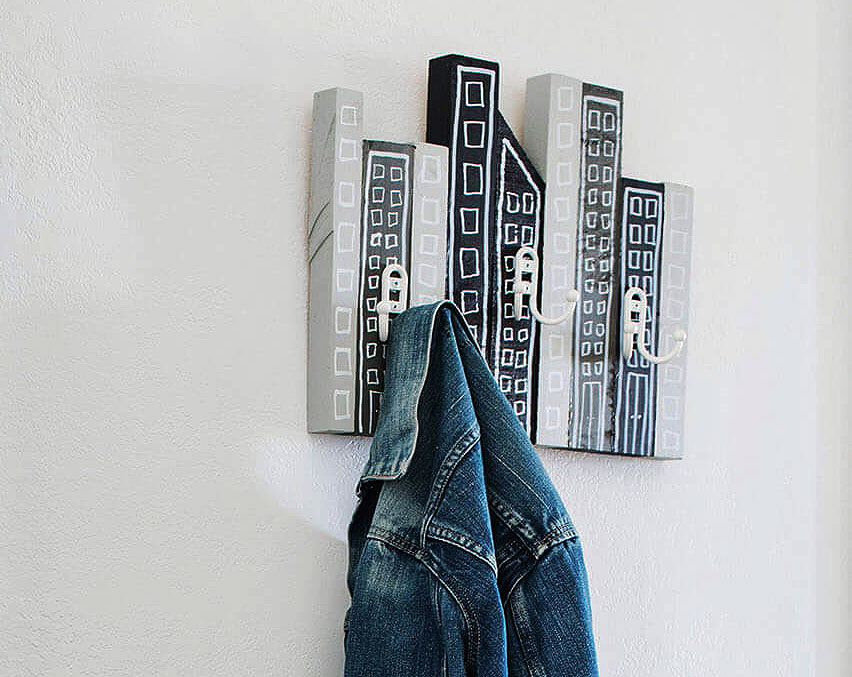Оригинальная настенная вешалка для одежды «Силуэт города»
