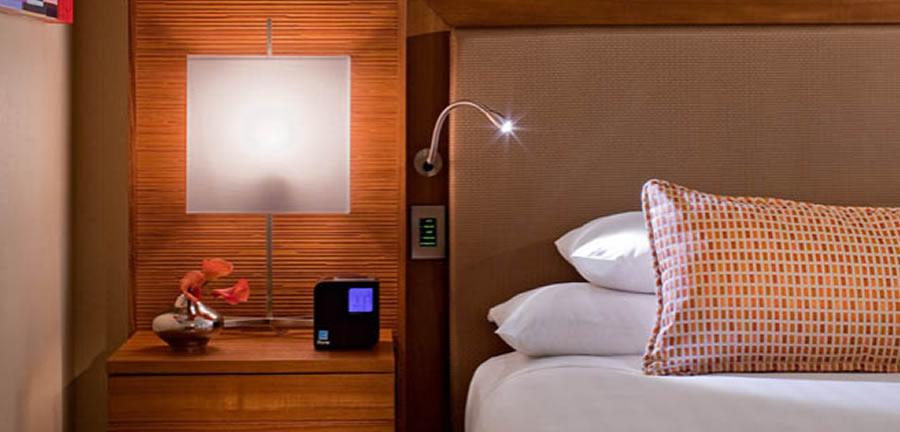 Как правильно расположить розетки в спальне: советы дизайнера