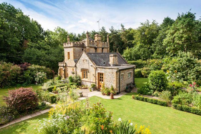 Маленький, да удаленький - в Великобритании продают самый маленький замок в стране