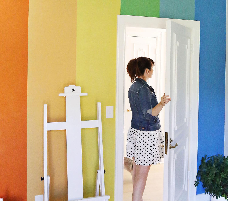 Акцентная стена в радужных цветах своими руками