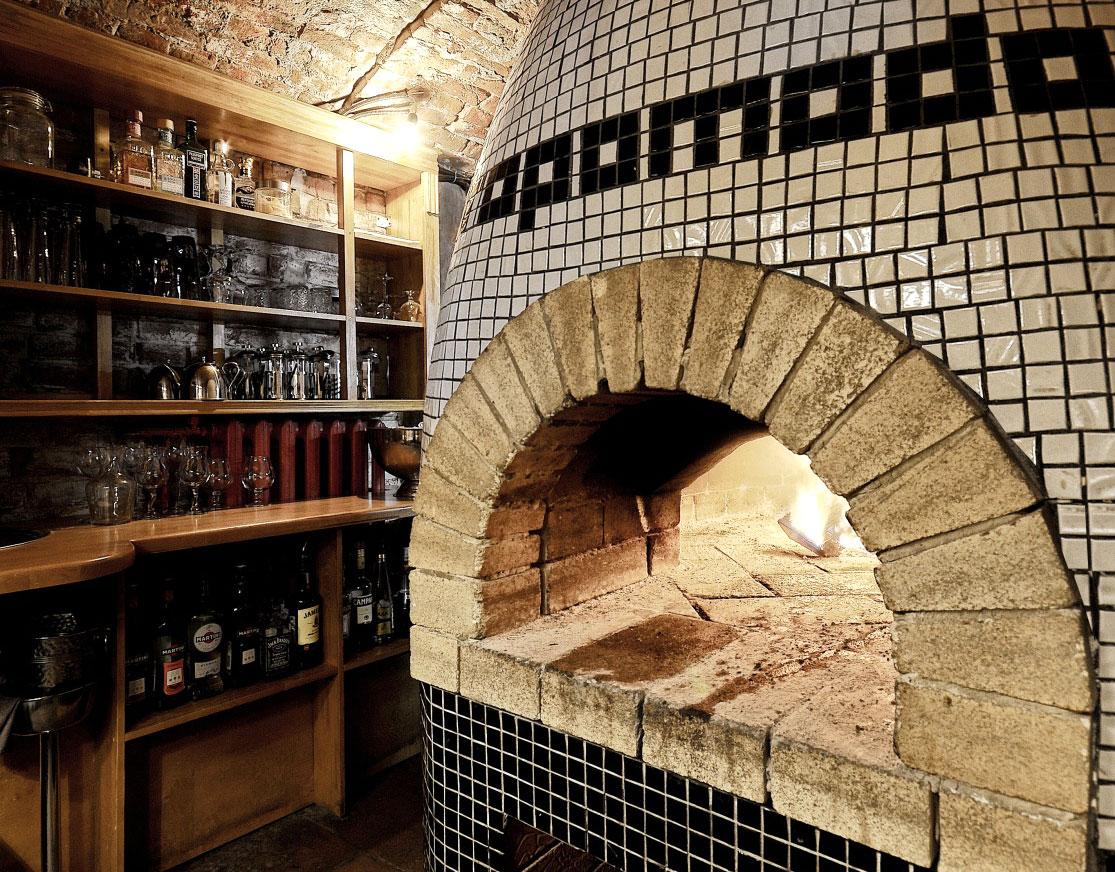 Помпейская печь, сводчатый 100-летний потолок и американское дерево в интерьере пермской пиццерии «TOROPOMODORO»
