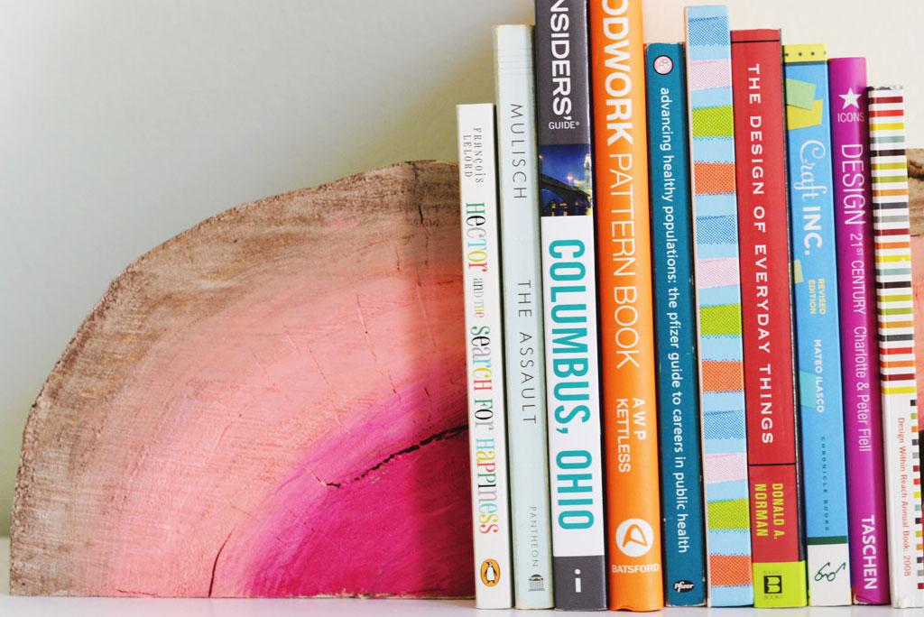 Необычные держатели для книг из обычного деревянного полена
