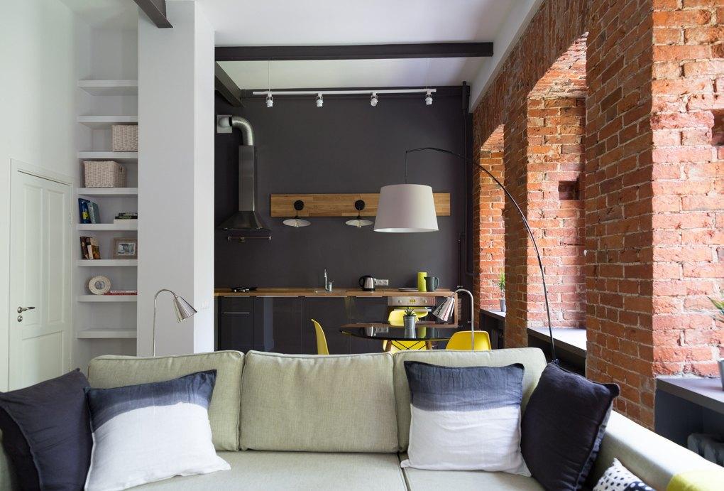 Интерьер однокомнатной квартиры в стиле лофт со спальным местом на мезонине