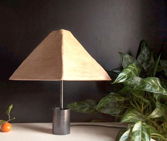 Дизайнеры предложили настольные лампы с глиняными плафонами