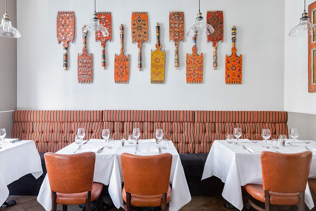 В лондонском ресторане выставили русские прялки и санки