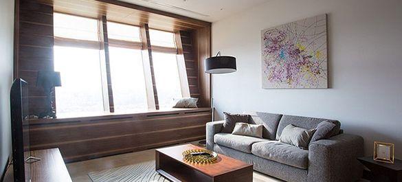 Светлая квартира с нестандартными наклонными окнами