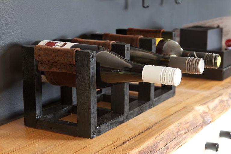 Необычайно стильная подставка для винных бутылок своими руками
