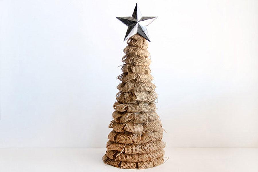 Волшебная новогодняя ёлочка из мешковины в деревенском стиле (рустик)