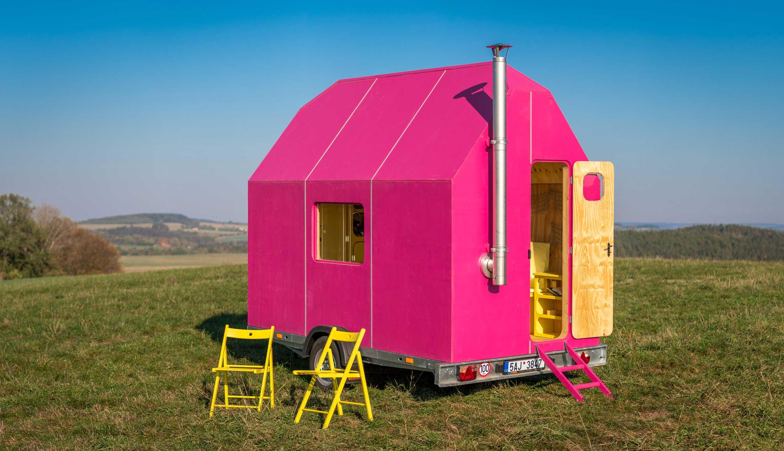Причудливый ярко-розовый мобильный дом площадью всего 6,5 кв.м.