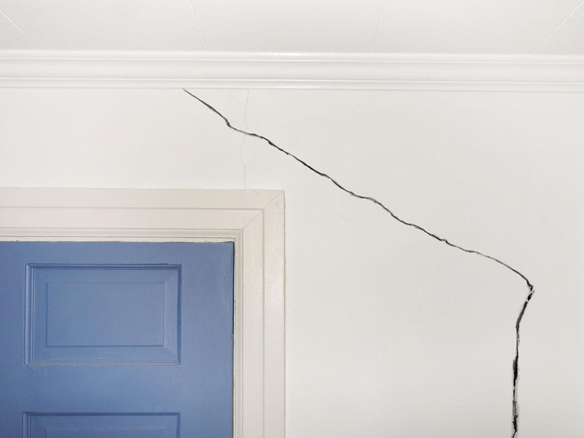 Как можно замаскировать трещину на стене?