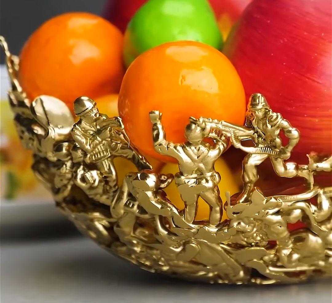Потрясающая ваза для фруктов из пластиковых солдатиков
