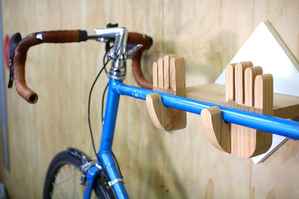 Оригинальная «полка» для хранения велосипеда