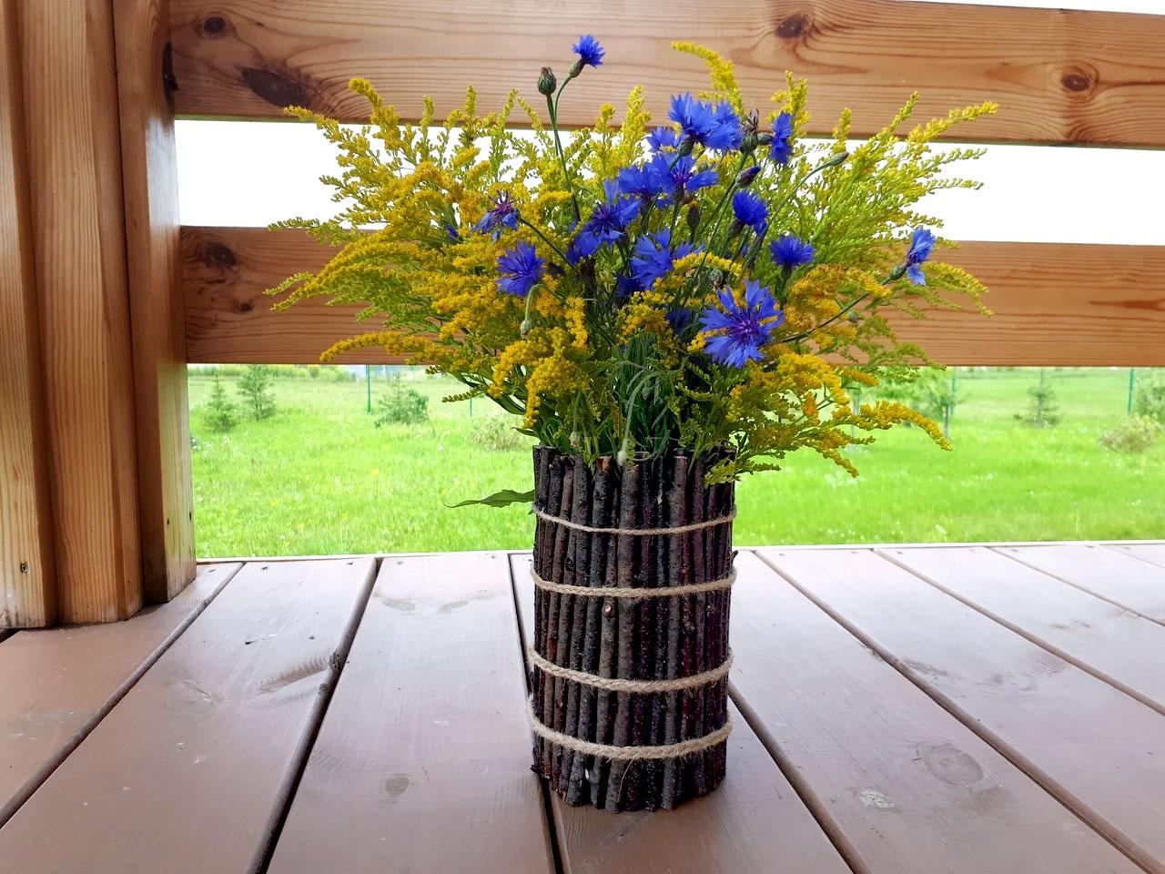Простая, но очень красивая ваза из деревянных палочек своими руками