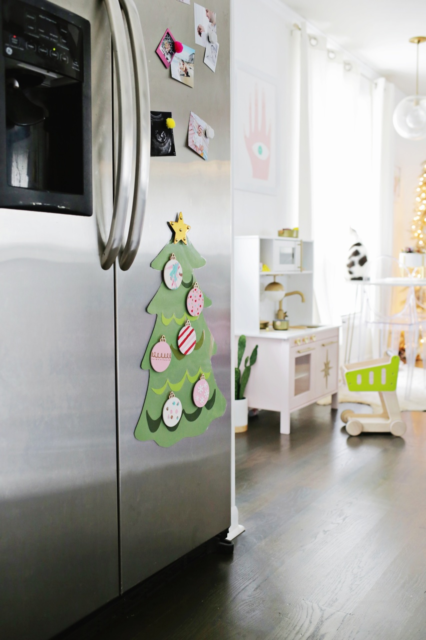 Антивандальная новогодняя ёлка с магнитными игрушками своими руками