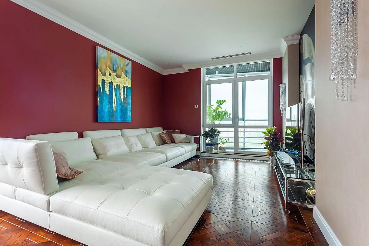 Праздничный интерьер в стиле фьюжн просторной квартиры в Москве