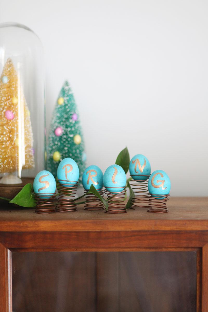 Очень необычные держатели пасхальных яиц для праздничного украшения интерьера