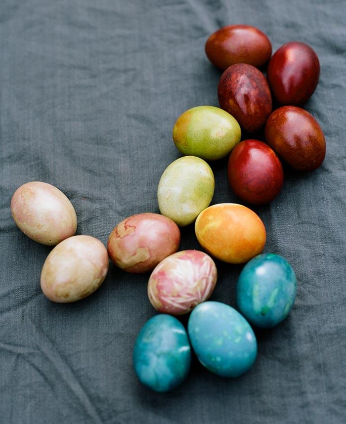 Красим яйца к Пасхе краснокочанной капустой, луком, свеклой и даже куркумой