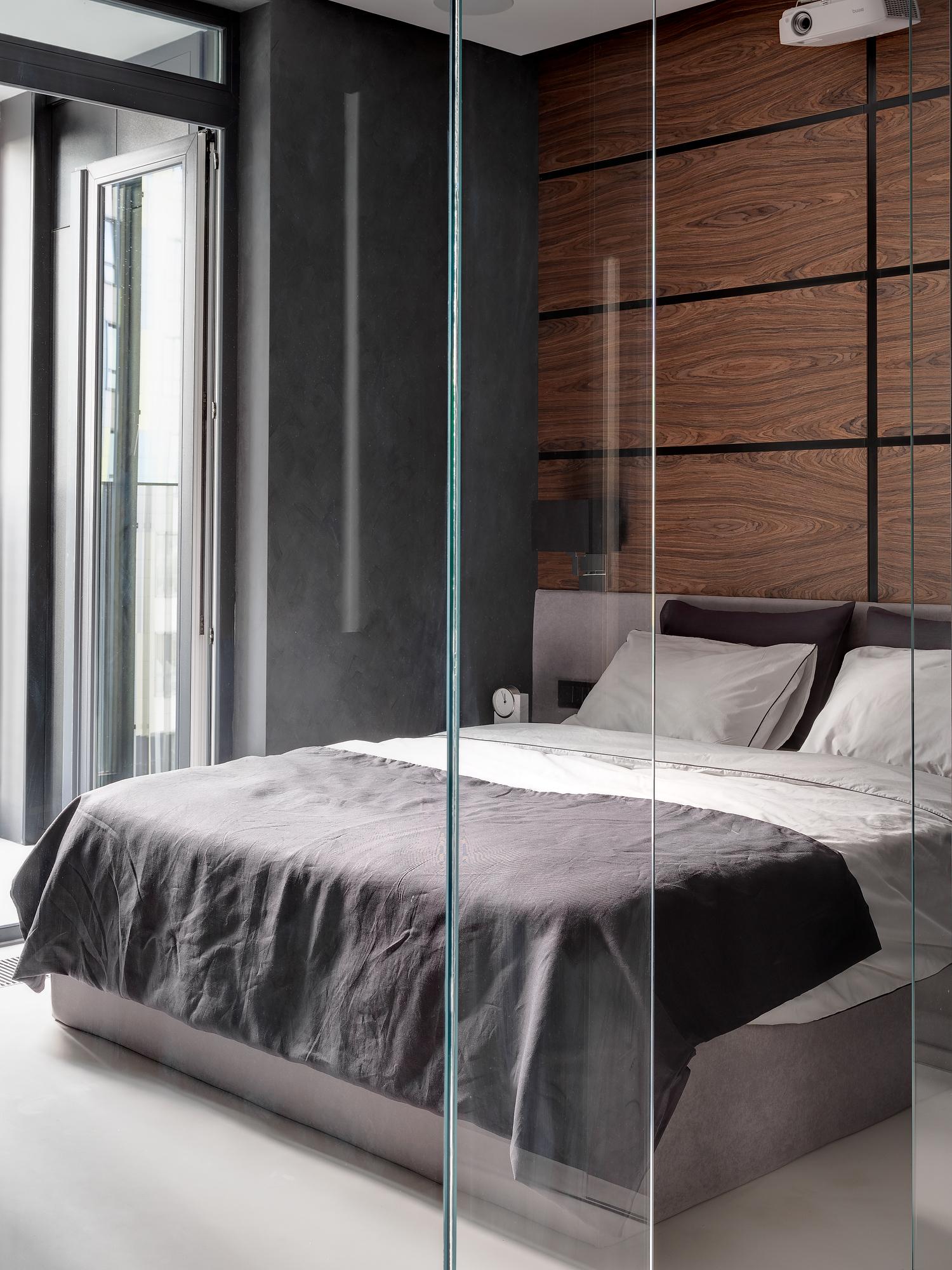 За стеклом, или как необычно обустроить спальню в квартире-студии