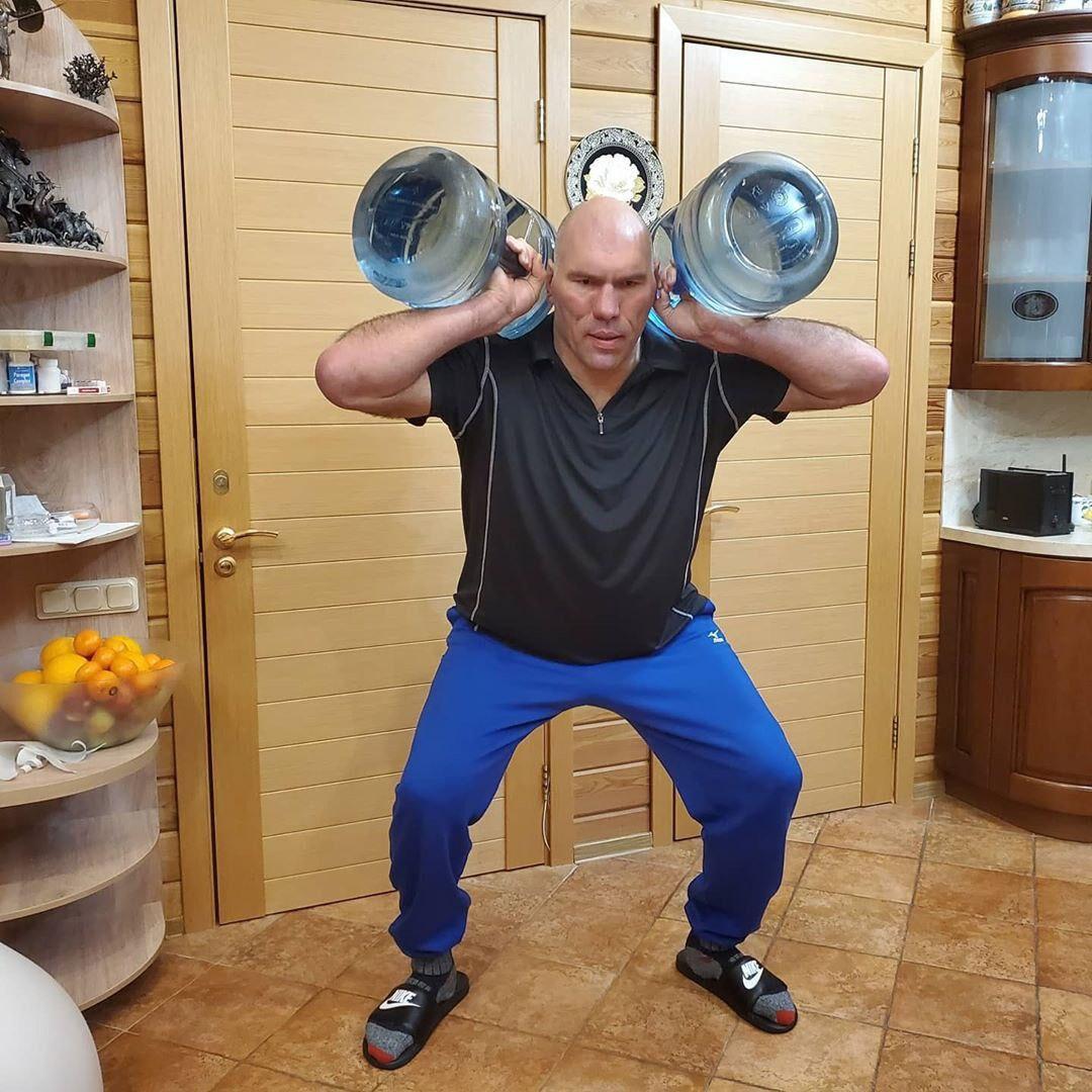 «Тренируйся дома»: известные спортсмены показали, как не расставаться со спортом в режиме самоизоляции