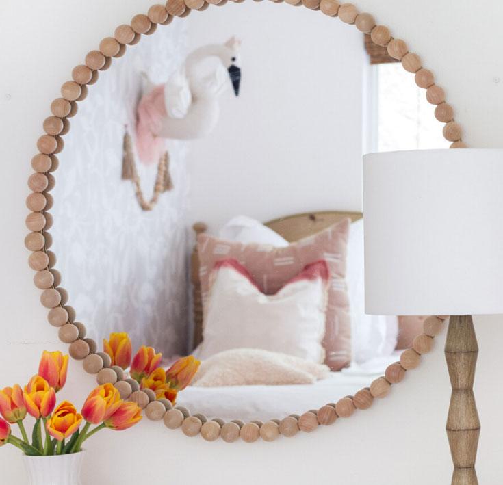 Необычная рама из деревянных бусин для зеркала своими руками