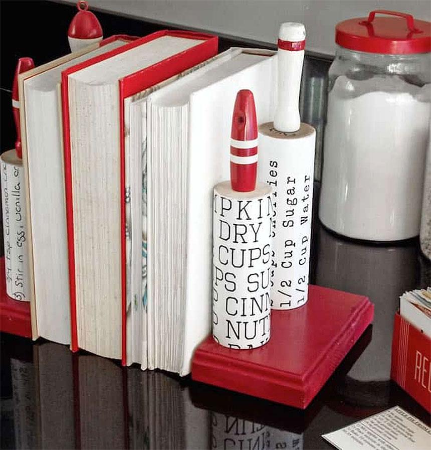 Стильный декор кухни: подставка для кулинарных книг из старых скалок своими руками
