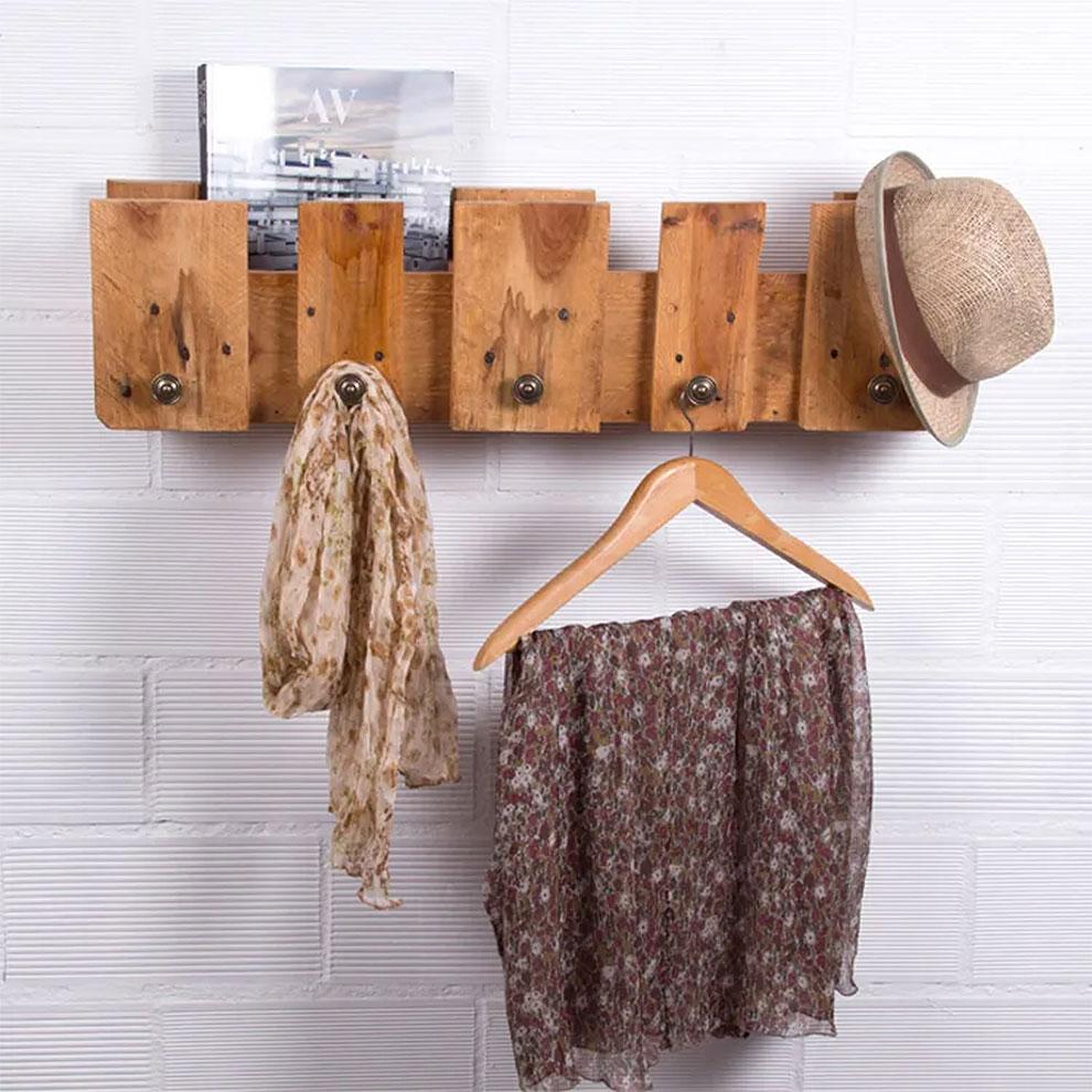 Функциональная и удобная полка-вешалка из старого деревянного поддона