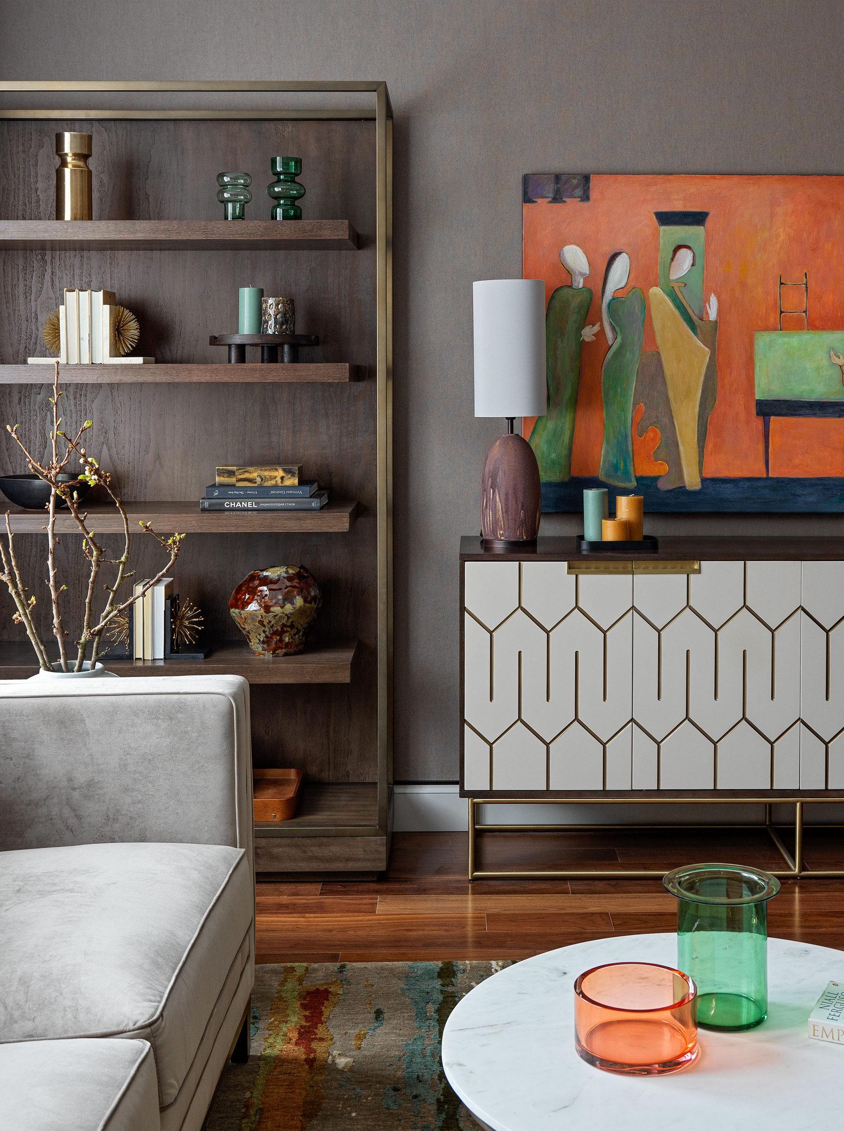 Классический интерьер в тёмной цветовой гамме квартиры на Таганке