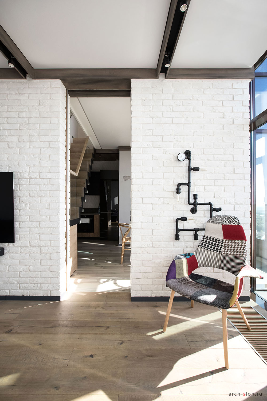 Семейный лофт: двухъярусная квартира с панорамными окнами
