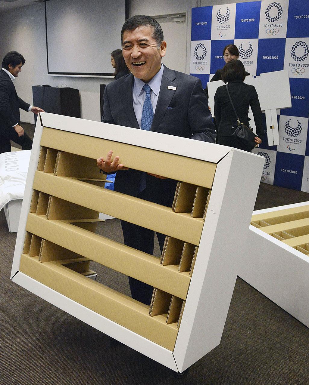 Минимализм до крайности: Олимпийские спортсмены в Токио спят на картонных кроватях