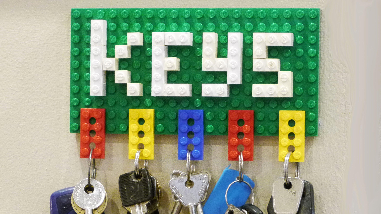 Необычная настенная ключница из деталей конструктора LEGO