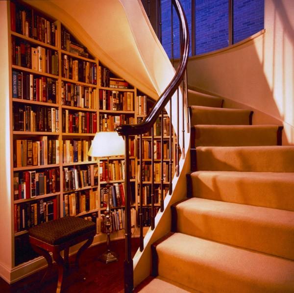 Чем заполнить пространство под лестницей?